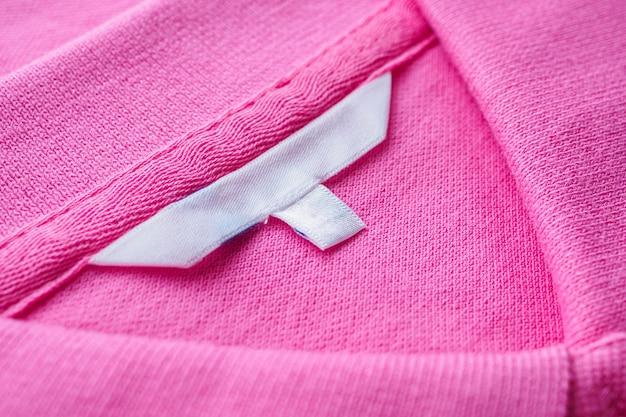 Etiqueta de ropa blanca en blanco en camisa nueva
