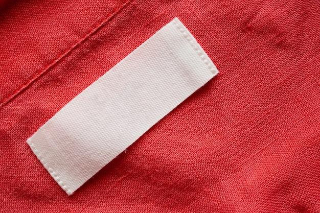 Etiqueta de ropa en blanco sobre fondo de textura de tela de camisa de lino