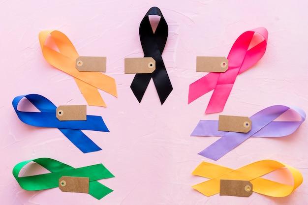 Etiqueta vacía en cinta colorida conciencia sobre fondo rosa