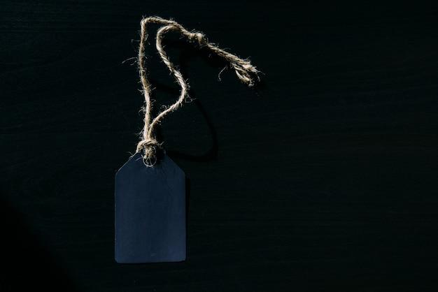 Etiqueta vacía en una cuerda