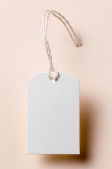 Etiqueta vacía laicos plana sobre fondo beige