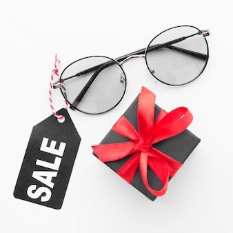 Etiqueta de venta de caja de regalo y gafas de sol