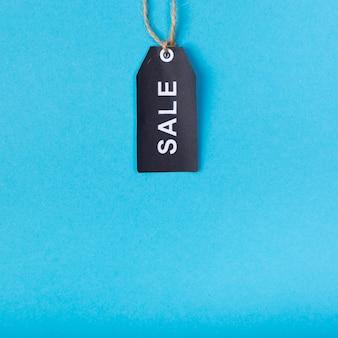 Etiqueta de venta negra que cuelga desde arriba