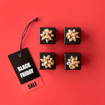 Etiqueta de venta de viernes negro y cajas de regalo negras.
