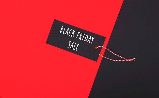 Etiqueta de venta de viernes negro. etiqueta oscura sobre rojo.