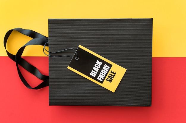Etiqueta de venta de viernes negro y vista superior de la bolsa de compras