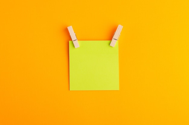 Etiqueta verde de la vista superior vacía en la superficie naranja