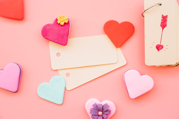 Etiquetas entre coloridas galletas en forma de corazones.