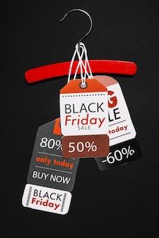 Etiquetas de viernes negro en la suspensión de madera roja