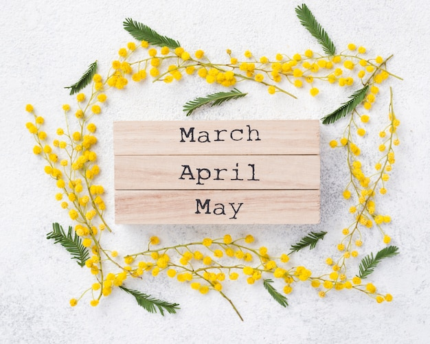 Etiquetas de los meses de primavera en la mesa