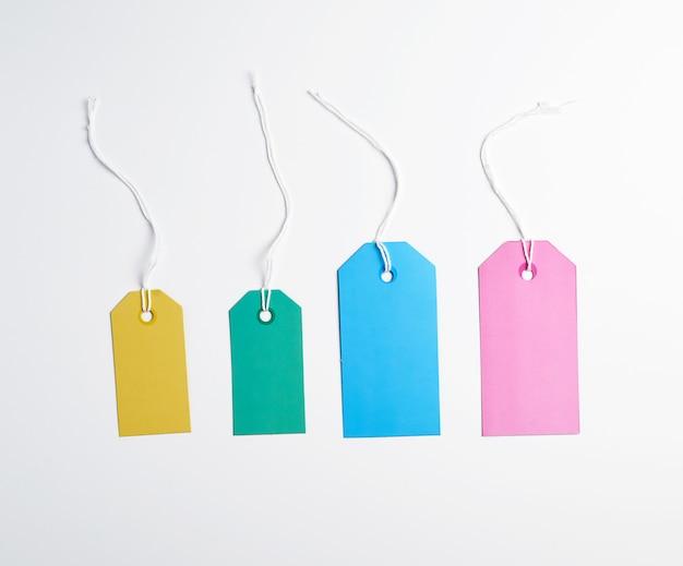Etiquetas de papel de colores en una cuerda blanca