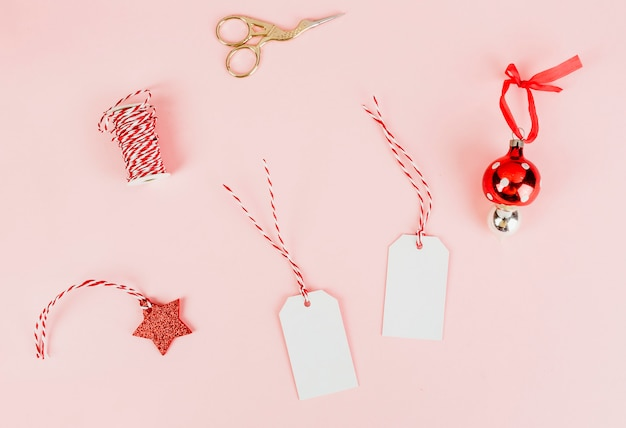 Etiquetas de regalo de navidad y una chuchería.