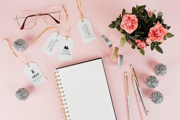Etiquetas de regalo de navidad femeninas con un bloc de notas en blanco
