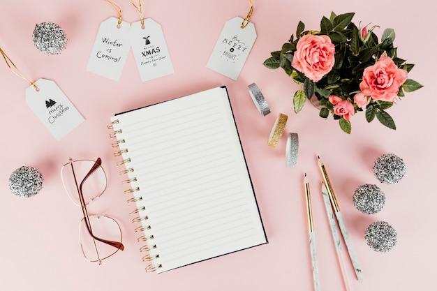 Etiquetas de regalo de navidad femeninas y un cuaderno.