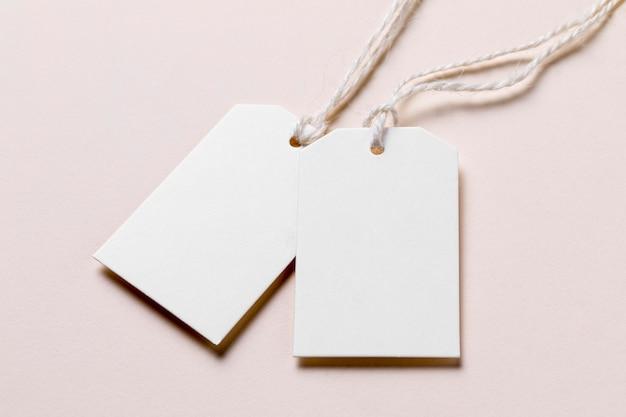 Etiquetas vacías de ángulo alto sobre fondo beige