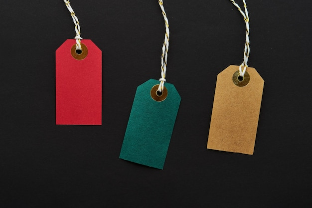 Etiquetas de venta de colores sobre un fondo negro. venta y concepto de viernes negro. vista superior, espacio de copia