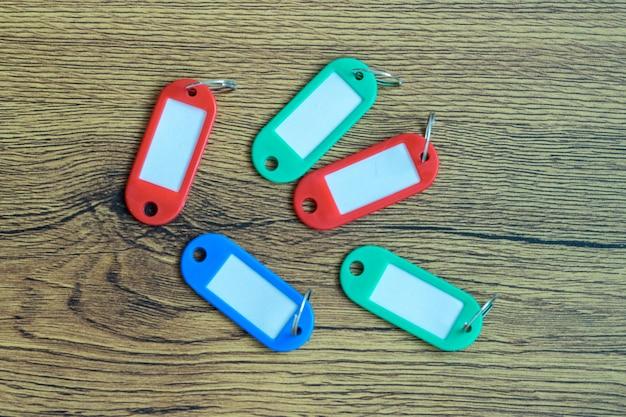 Etiquete el llavero con un espacio en blanco para el nombre o el número de la llave en la oficina o casa.