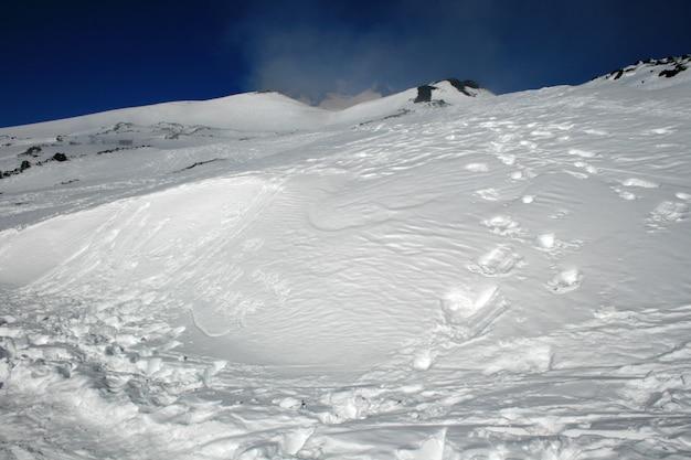 Etna, volcán de sicilia cubierto de nieve.