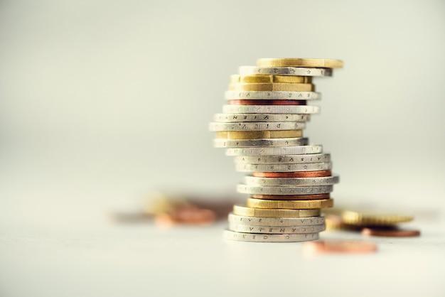 Euro dinero, moneda. éxito, riqueza y pobreza, concepto de pobreza. las monedas euro apilan en gris con el espacio de la copia.