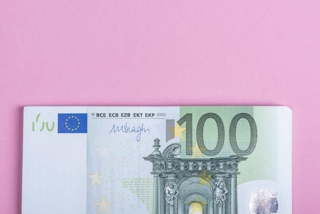 Euro en efectivo en lila, morado y rosa