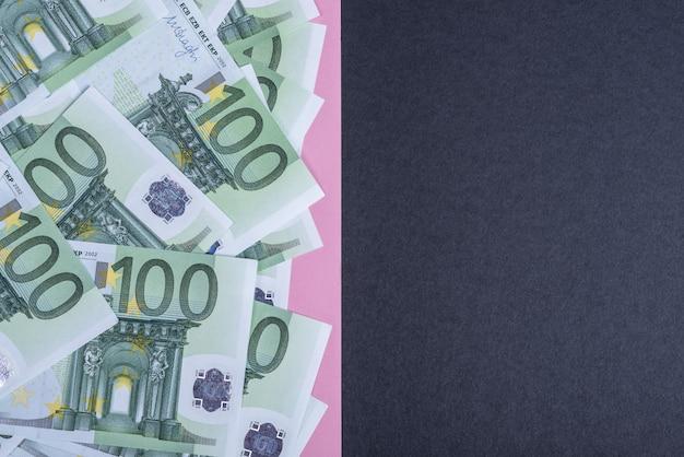 Euro en efectivo en rosa y negro