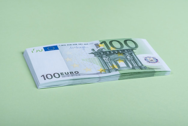 Euro en efectivo sobre un fondo verde