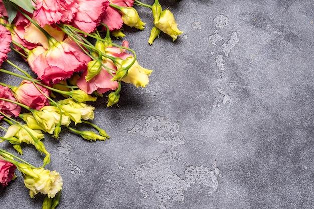 Eustoma flores sobre fondo gris, espacio de copia