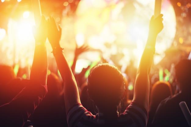 Evento de fiesta de concierto de rock. festival de música y concepto de escenario de iluminación