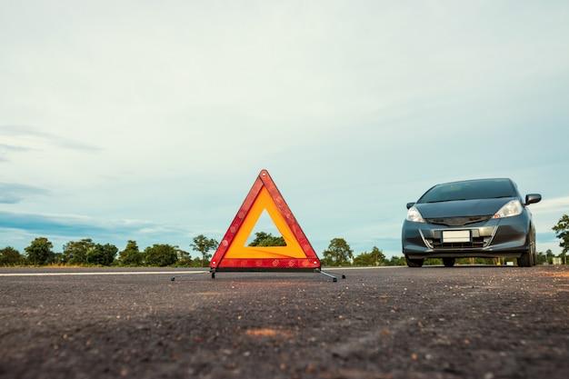 Evento inesperado al viajar cerca del viaje, triángulo de advertencia rojo.