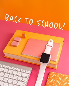 Evento de regreso a la escuela con cuadernos y reloj.
