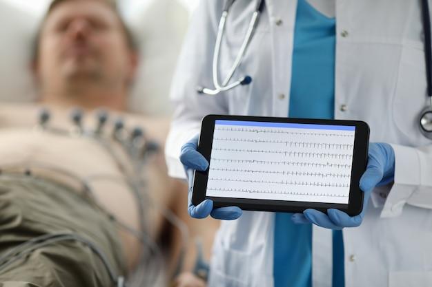 Examen y diagnóstico del corazón, cardiograma.