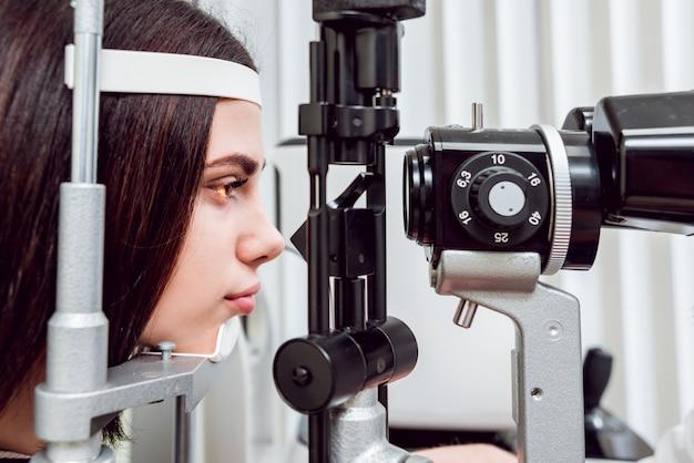 Examen con lámpara de hendidura. biomicroscopía del segmento anterior del ojo. examen ocular básico.