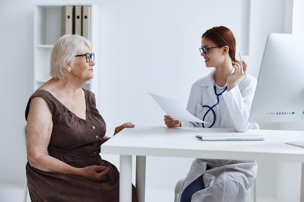 Examen de paciente femenino por un médico de atención médica