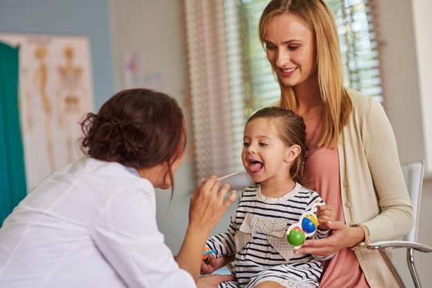 Examen de rutina de la garganta de una niña