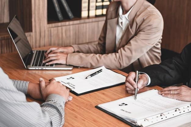 Examinador leyendo un currículum durante la entrevista de trabajo en la oficina concepto de negocio y recursos humanos.