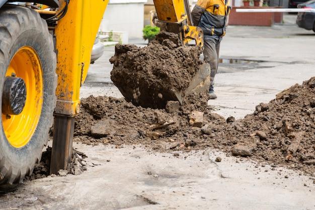 Excavadora cava una zanja