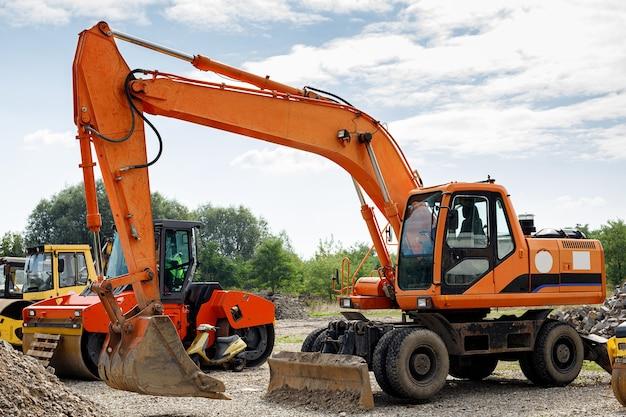 Excavadora para cavar zanjas y nivelar la carretera