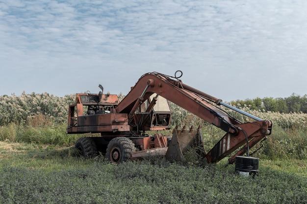 Excavadora oxidada vieja rota abandonada