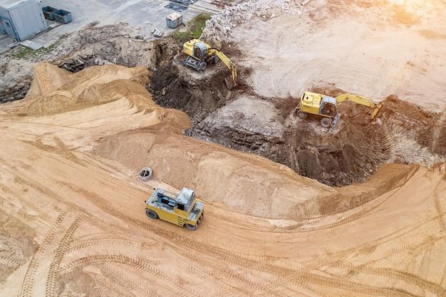 Excavadora prepara el sitio para la construcción