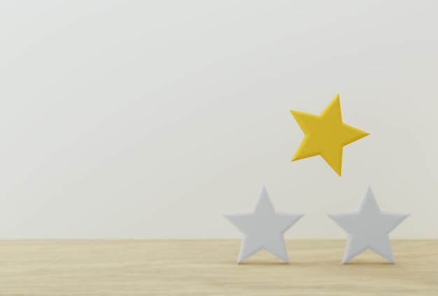 Excelente forma de estrella amarilla sobre mesa de madera y fondo blanco.