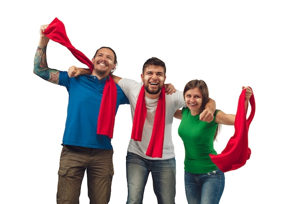 Excelente gol. tres hombres y mujeres de aficionados al fútbol animando a su equipo deportivo favorito con emociones brillantes aisladas sobre fondo blanco de estudio.