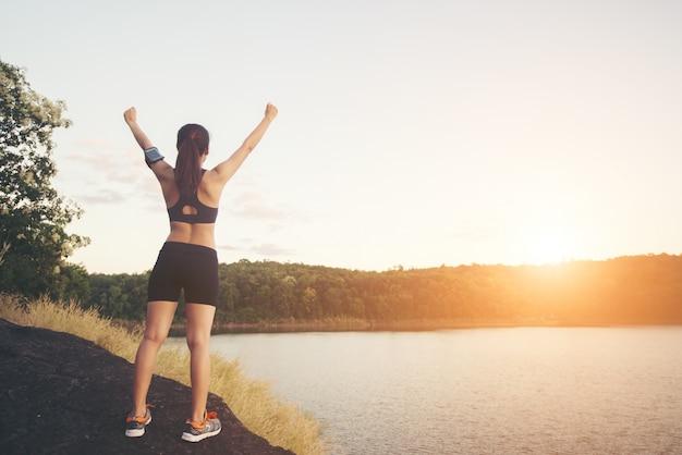 Excursionista amanecer copia espacio de agua al aire libre