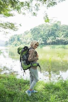 Excursionista mujer senderismo en sendero de montaña