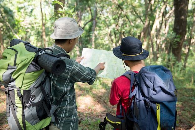 Excursionista de personas hablando sobre el mapa