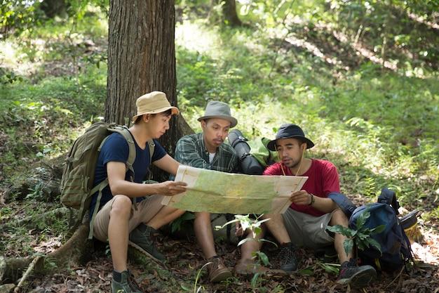 Excursionista de personas sentadas y hablando sobre el mapa