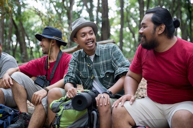 Excursionista de personas sentados y hablando después de caminar