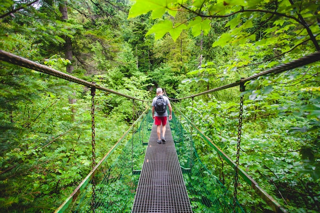 Excursionista en el puente colgante. los tatras