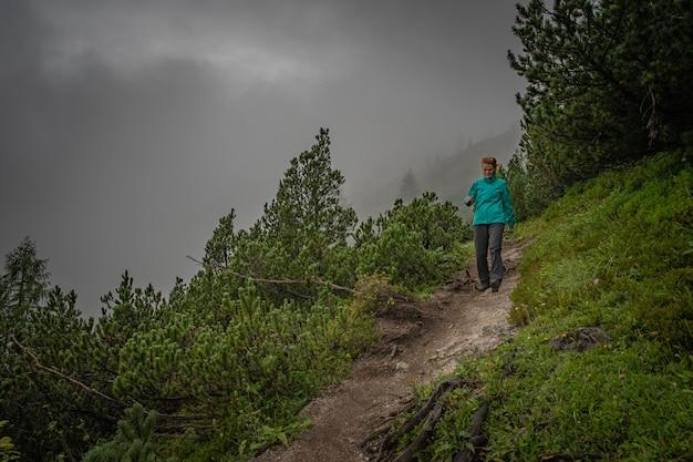 Los excursionistas en los alpes austríacos caminan por senderos de montaña en los bosques que rodean los lagos.