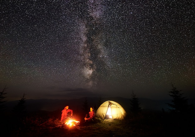 Excursionistas en el campamento de noche