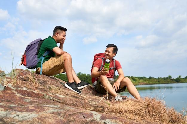 Excursionistas descansando en la cima de la montaña